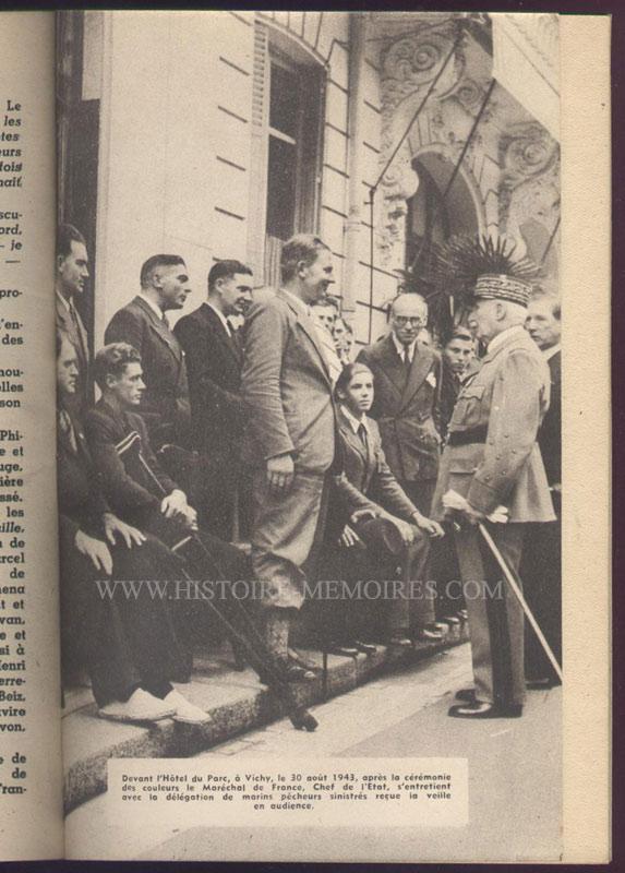 PETAIN et la délégations des marins, Vichy, aout 1943,illustration photo pleine page, livre en tbe,60 € en vente sur www.histoire-memoires.com/almanach-du-marin-1942.htm