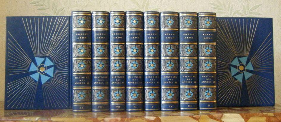 Auteur: Robert Aron, titre: histoire des années 40, éditions: Tallandier 1976 et 1977, 10 volumes cuir bleu gravés or, en vente sur www.histoire-memoires.com/aron-robert-histoire-des-annees-40-10volumes-bleu.htm