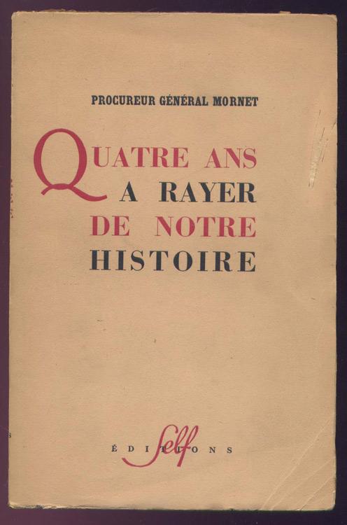 En frontispice une photo double page en noir et blanc du procès du maréchal Pétain. Procureur Général Mornet : quatre ans à rayer de notre histoire, Self Editions, 1949